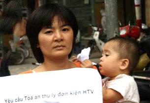 Mẹ con Trần Thị Nga. Ảnh RFA