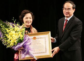 Chủ tịch Ủy ban Trung ương MTTQ VN Nguyễn Thiện Nhân trao Huân chương Độc lập hạng nhì cho bà Võ Thị Thắng. Ảnh: Đời Sống Pháp Luật