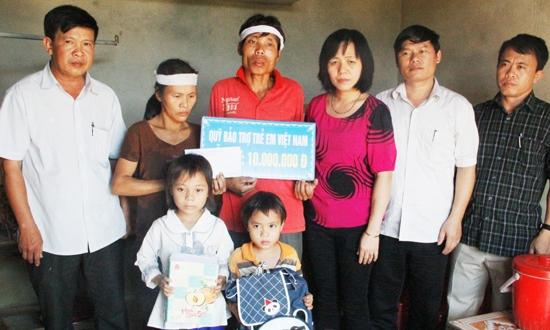"""Nếu chính quyền xã Đức Bồng (Vũ Quang) không """"diễn kịch"""", tại sao có """"màn xếp hình"""" nhận """"hỗ trợ nhân đạo"""" như thế này?"""