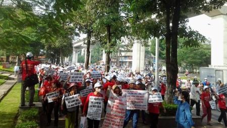 Đoàn biểu tình đang tiến về trung tâm Hà Nội sáng 25/11/2014