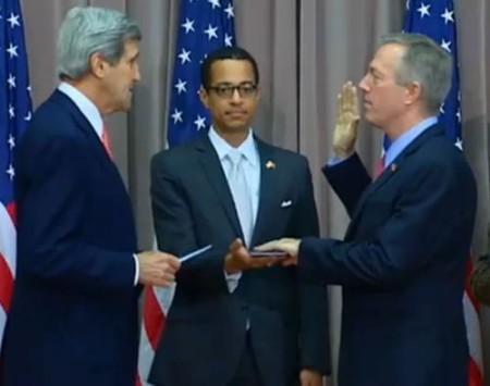 Lễ tuyê thệ của tân đại sứ. Ảnh www.towleroad.com