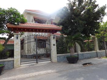 """Căn biệt thự """"á hậu"""" của Thiếu tướng Hồ Quốc Việt, Giám đốc Công an tỉnh Bến Tre, nhìn từ phía cổng phụ."""