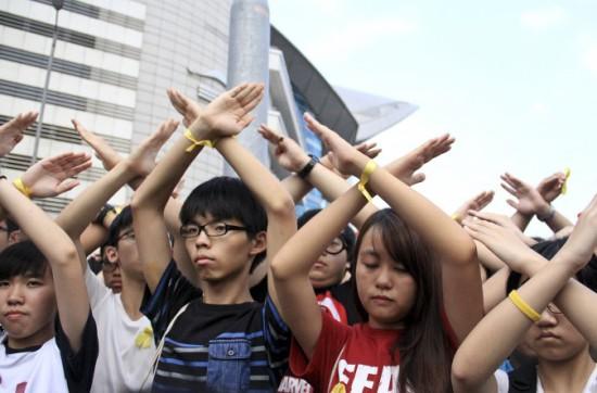 Ảnh: AFP. Qua hai tháng, dũng cảm, dấn thân, người biểu tình đã chia tay nhau trong mưa, và trong nước mắt.