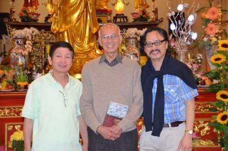 Từ trái sang nhà thơ Trần Trung Đạo, Nhà thơ Tùy Anh giữa và Đỗ Trường đeo kính)