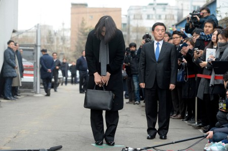 Bà Cho Hyun-ah cúi đầu nhận lỗi trước buồi điều trần hôm thứ Sáu (Ảnh Song Eun-seok/News1, via Reuters)