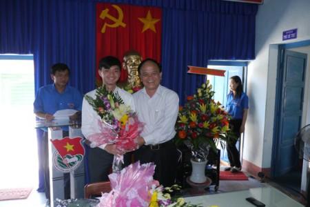 Bí thư Tỉnh ủy Bình Định Nguyễn Văn Thiện (bên phải) tặng hoa chúc mừng ông Nguyễn Minh Triết lúc ông Triết về làm Phó bí thư Tỉnh đoàn Bình Định.