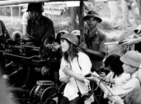 Jane Fonda ở trận địa pháo cao xạ năm 1972. bà đã đê nghị Hà Nội không công bố bức ảnh nhưng chúng vẫn xuất hiện sau đó
