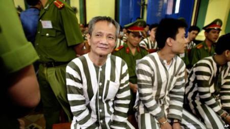 Năm Cam (áo sọc bên trái) trong phiên toà xét xử ông ta ngày 4/6/2003.