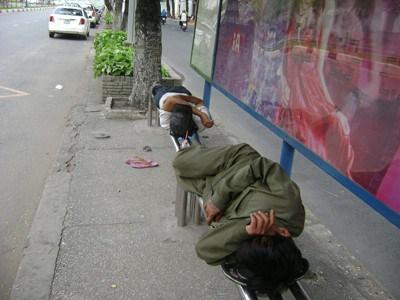 Những người vô gia cư ngủ ở trạm xe buýt ở Sài Gòn. Ảnh: Văn Lang/Người Việt