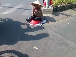 Hìnhchụp tại góc đường 3-2 và đường Lý Thường Kiệt lúc 10g trưa 1-1-2015, bà cụ ngồi ngay giữa trời nắng nóng -Ảnh và chú thích: T.T.N.Đ