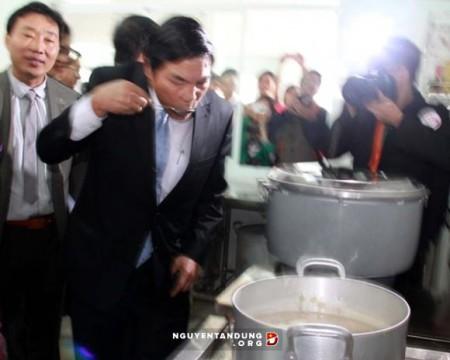 Ông Nguyễn Bá Thanh trực tiếp kiểm tra chất lượng nồi cháo từ thiện ở bệnh viện.