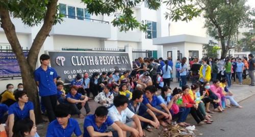 Công nhân công ty TNHH Cloth & People Vina đình công (Ảnh: Lao Động).