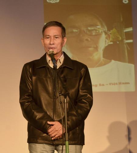 Anh Điếu Cày phát biểu trong đêm Hát Cho Tự Do ủng hộ phong trào Chúng Tôi Muốn Biết của Mạng lưới Bloggers VN. Phía sau anh Điếu Cày là hình bà Nguyễn Thị Kim Liên (một tiếng hát tham gia từ VN), mẹ của Đinh Nguyên Kha.