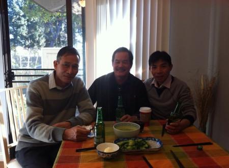Tác giả Caubay Thiêm ở giữa, bên cạnh là 2 thành viên CLB Nhà Báo Tự Do: Điếu Cày và Uyên Vũ (Ảnh chụp tại California 1/ 2015. Nguồn Facebook tác giả)