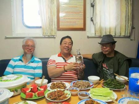 Nguyễn Thanh Sơn (giữa) ăn nhậu trên chuyến tầu đi thăm Trường Sa