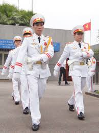 Trịnh Việt Dũng (trái) đang đổi gác