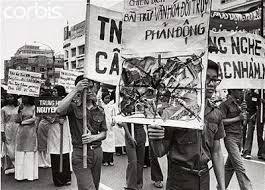 """Chiến dịch lùng và diệt tàn dư văn hoá Mỹ Nguỵ sau 30-04-1975 với những vụ """"đốt sách"""" [nguồn: internet]"""