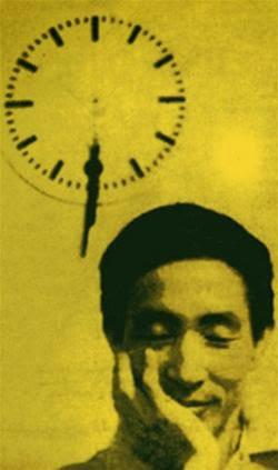 Nghiễm nhắm mắt mỉm cười dưới mặt đồng hồ kim phút kim giờ cùng rớt xuống [photo by Trần Cao Lĩnh]