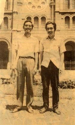 Từ phải: Thanh Tâm Tuyền và Doãn Quốc Sĩ trước nhà thờ Đức Bà, Sài Gòn 1985 [nguồn: internet]