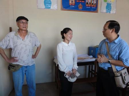 Cô giáo trường Samaki và đại diện Hội Thiện Nguyện Vì Dân (phải). Ảnh: Sovanrith.