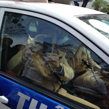 Cảnh sát quay phim, chụp ảnh những người tuần hành