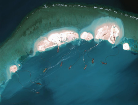 Ảnh chụp từ vệ tinh vào ngày 15/3/2015, Trung Quốc đang bơm cát bồi đắp đảo Đá Vành Khăn thuộc quần đảo Trường Sa mà Trung Quốc chiếm của Việt Nam vào năm 1995