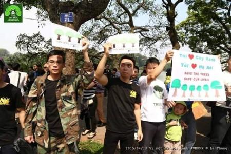 """Các bạn trẻ (áo đen và áo rằn ri) thuộc nhóm """"Quân lực Việt Nam Cộng Hòa"""". Ảnh: Nguyễn Lân Thắng."""