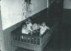 Trẻ tại Trại mồ côi Ghềnh Ráng ờ Quy Nhơn trước khi có Chiến Dịch Babylift. Bà Julie Davis tin rằng bà là đứa trẻ đang nhìn vào ống kính. COURTESY OF JULIE DAVIS