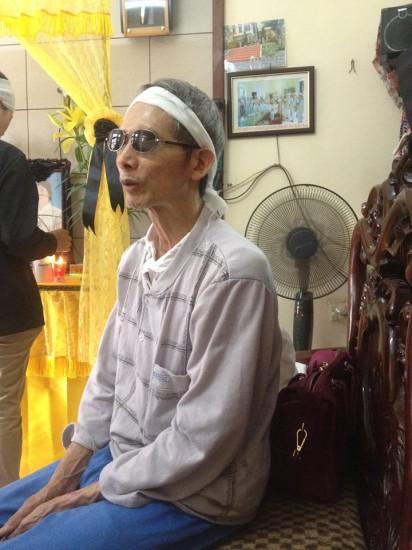 Ông Nguyễn Tiến Khởi (chồng bà Lương) - Thương binh hạng 1/4, hỏng 2 mắt, khẳng định có rất nhiều bất thường trong cái chết của vợ mình.