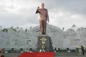 Tượng đài Bác Hồ với các dân tộc Tây Nguyên. Ảnh và chú thích:baotanghochiminh
