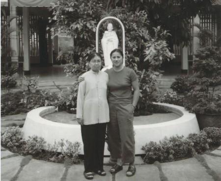 Julie Davis và Xơ Emilienne trong cuộc trung phùng năm 2003. CREDIT COURTESY OF JULIE DAVIS