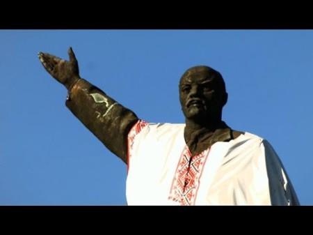 Tượng Lenin tại Ukraine bị dân chúng mang ra diễu cợt