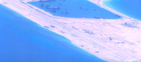 Focus gần hơn-chụp đường bay trên đảo nhân tạo alpha do Hải quân Trung Cộng xây dựng
