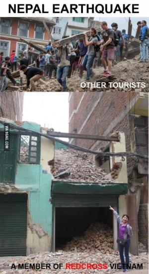 Tấm ảnh cán bộ hội chữ thập đỏ tươi cười bên cảnh đổ nát ở Nepal đã lên báo quốc tế