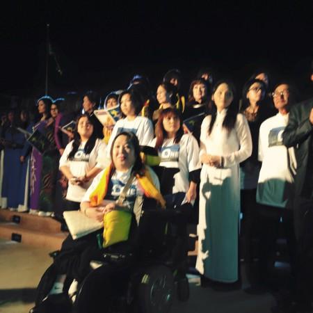 Lanney (áo dài trắng, bên phải hàng đầu) và các bạn vận động cho phong trào ''We Are One'' trong ngày tưởng niệm 30-4-15