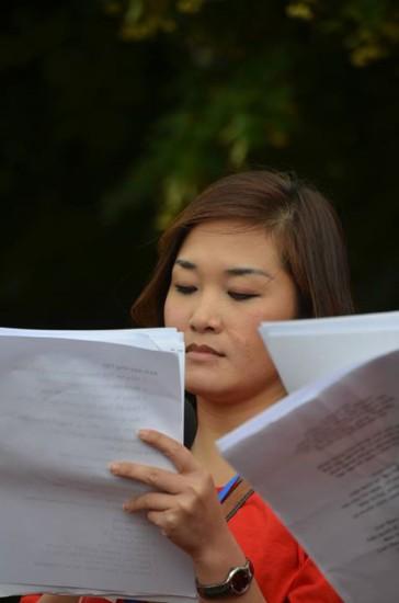 Diễn văn lý do biểu tình được đọc bằng tiếng Đức, Việt.