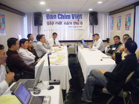 LS Nguyễn Xuân Phước- ngồi giữa, hàng bên phải trong cuộc gặp mặt DCV năm 2006
