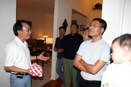 LS Nguyễn Xuân Phước (áo đen, đứng giữa) cùng anh em Đàn Chim Việt- Ảnh 2006