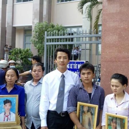 LS Võ An Đôn cùng gia đình nạn nhân trong một vụ án