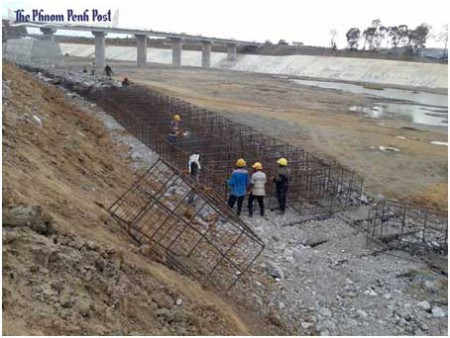 Hình IIIc: công trường xây đập thuỷ điện Hạ Sesan 2  Stung Treng đông bắc Cam Bốt [nguồn: Phnom Penh Post, 12/2014]
