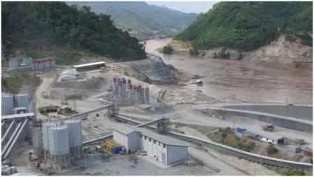 Hình IIb: công trường xây đập Xayaburi 1,200 MW  con đập dòng chính đầu tiên của Lào [nguồn: Tom Fawthrop]