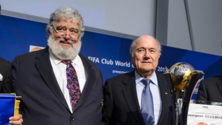 Blazer (trái) cùng Chủ tịch FIFA Sepp Blatter trong một sự kiện năm 2012, một năm trước khi Blazer nhận tội với tòa án Mỹ. Ảnh: rte.ie