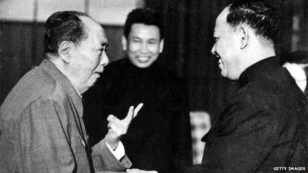 Mao đang giảng dậy cho hai đồng chí Cambodia (Pol Pot đứng giữa, Ieng Sary bên phải)
