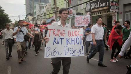 Nhà báo Phạm Chí Dũng trong một cuộc biểu tình chống thái độ hung hăng của Trung Quốc tại Biển Đông