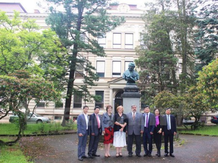 Đại sứ Trương Mạnh Sơn (thứ ba từ phải sang) cùng Thị trưởng thị trấn Chrastava Michal Canov tại nơi dự kiến sẽ dựng tượng đài Bác Hồ. (Ảnh: Quang Vinh/Vietnam+)