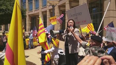 Chính khách cao cấp nhất người gốc Việt tại Hoa Kỳ, Thượng nghị sỹ California Janet Nguyễn, tham gia biểu tình phản đối phái đoàn từ Việt Nam.