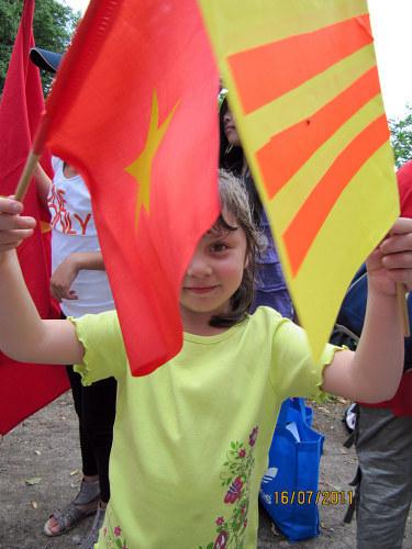 Em bé trong cuộc biểu tình ở Đức