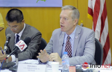 Đại sứ Hoa Kỳ tại Việt Nam Ted Osius (áo vest sáng màu) tại buổi họp báo