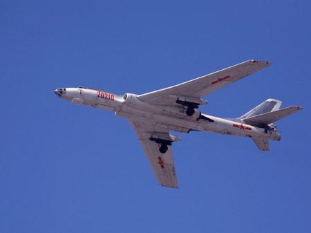 Máy bay ném bom H-6 của Trung Quốc là phiên bản Tu-16 của Liên Xô những năm 1960, đến nay vẫn còn sản xuất - Ảnh: Reuters