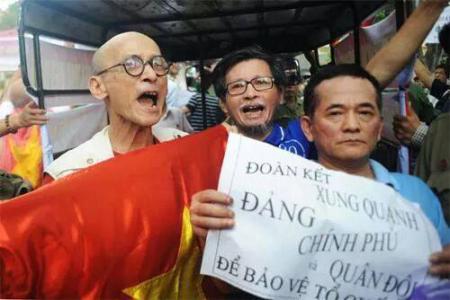 Nguyễn Văn Thọ (trái) cùng dư luận viên Trần Nhật Quang (phải) trong 1 cuộc biểu tình
